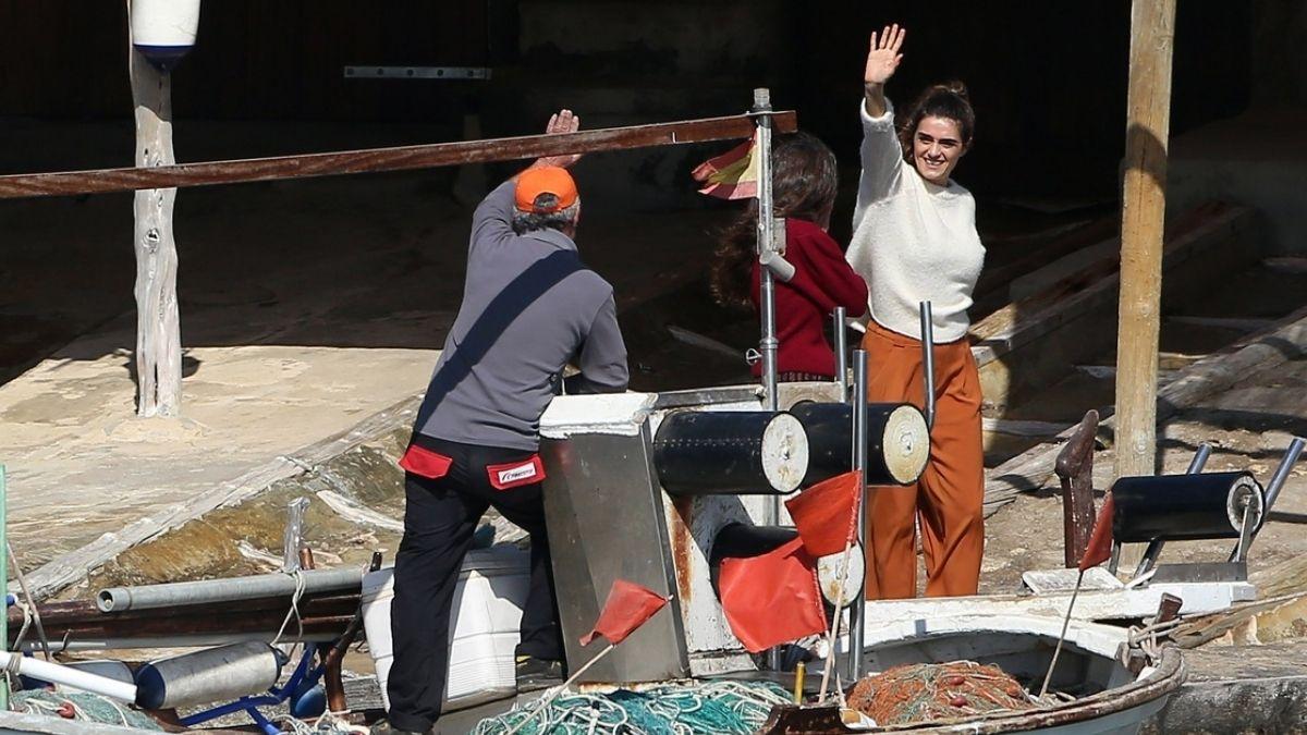 Olivia saluda a un pescador