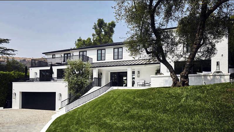 Rihanna compra lujosa mansión en Beverly Hills por 14 millones de dólares