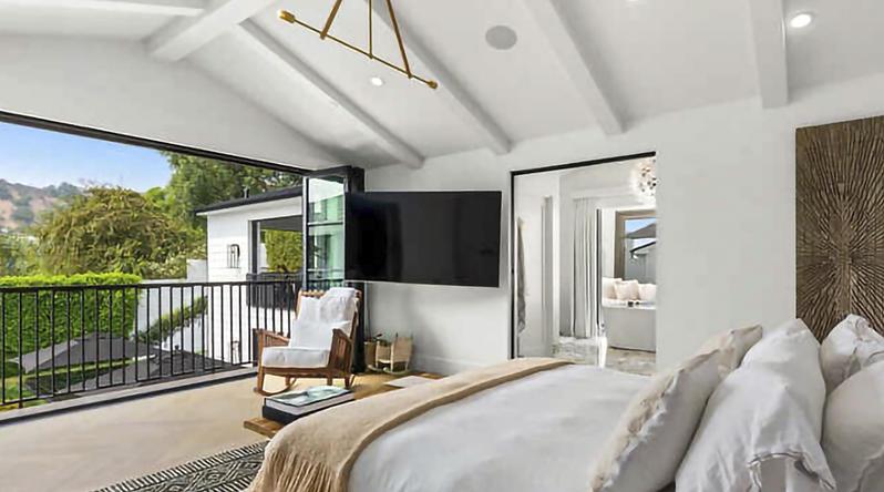 Rihanna compra mansión gigantesca rodeada de setos en Beverly Hills por 13,8 millones de dólares