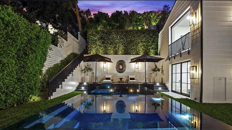 Rihanna compra mansión rodeada de setos en Beverly Hills