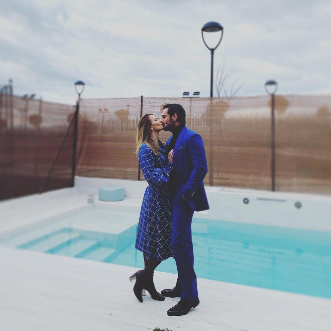 Te enseñamos el romántico beso de Bustamante y Yana Olina