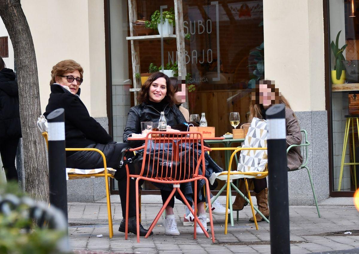 Isabel Díaz Ayuso en una terraza con su madre