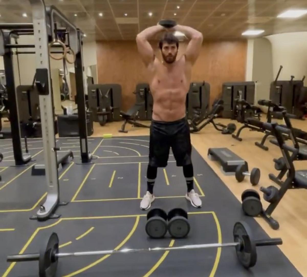 Te enseñamos el gimnasio de Can Yaman y los ejercicios que hace