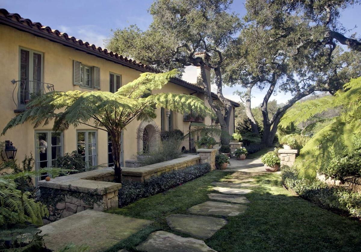 Vista lateral de la nueva mansión de Adam Levine.