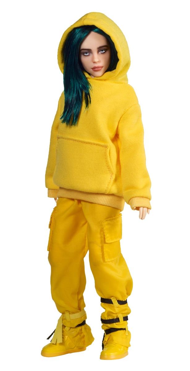 Muñeca de Billie Eilish en amarillo