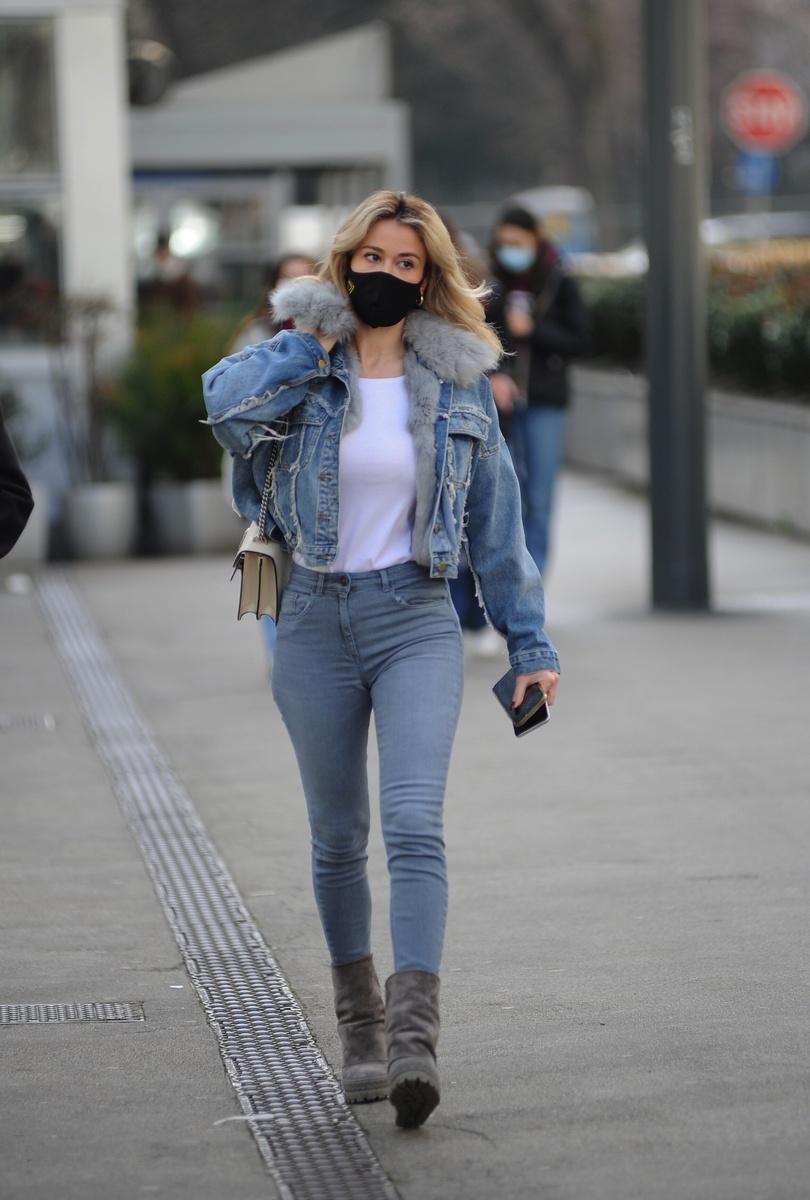 Diletta Leotta, novia de Sandokán, paseando por la calle