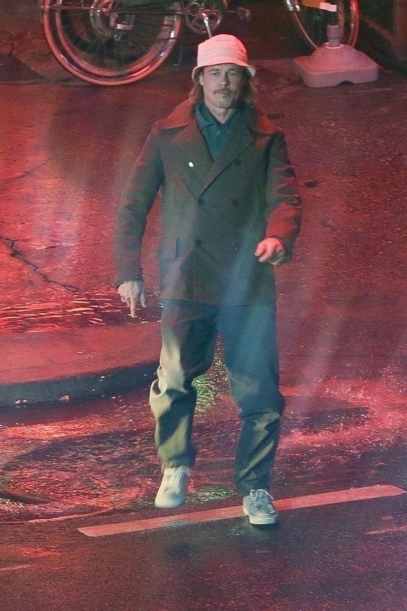 Brad Pitt en una escena nocturna
