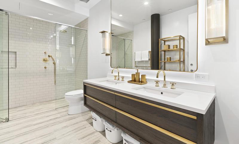 Baño con accesorios de bronce Apartamento de Bella Hadid en venta en Nueva York