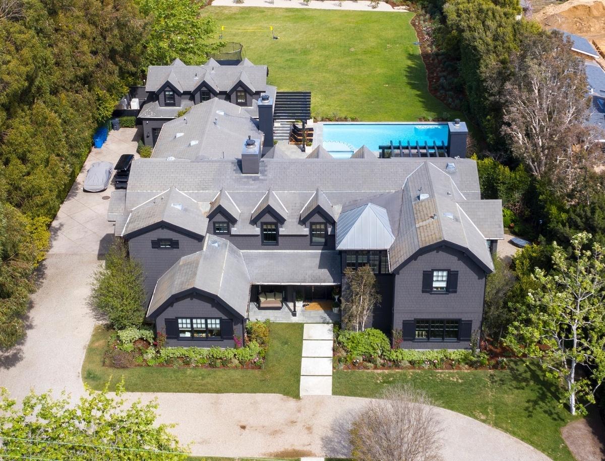 Chris Martin y Dakota Johnson pintan de negro su mansión de Malibú recién comprada