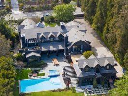 Chris Martin y Dakota Johnson pintan de negro su mansión de Malibú comprada hace meses