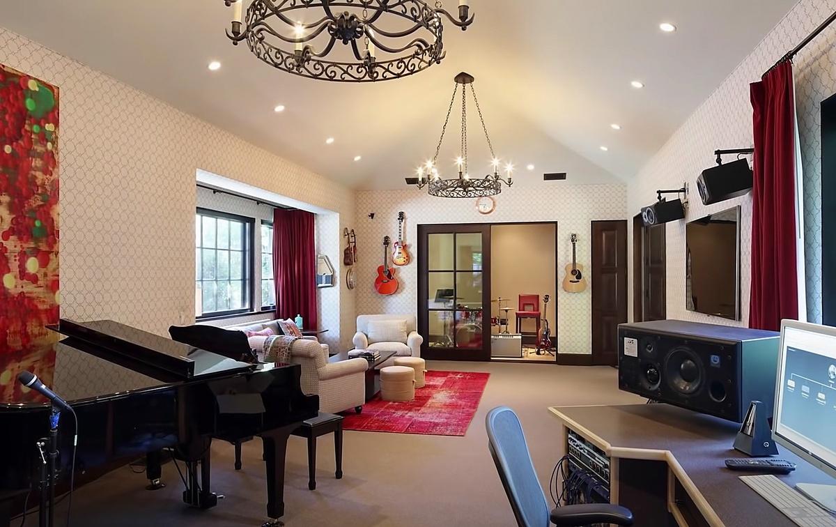 Dwayne Johnson La Roca compra mansión en Beverly Hills con estudio profesional de música