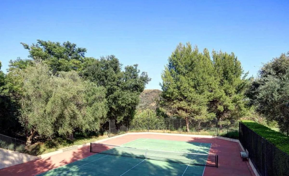 Dwayne Johnson The Rock compra mansión en Beverly Hills con cancha de tenis y estudio de música