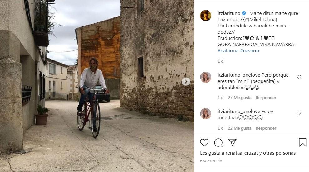 Itziar Ituño se pasea por Navarra en bicicleta