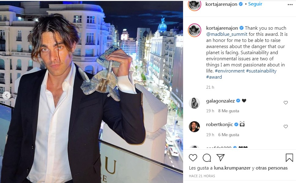 Jon Kortajarena recibe premio Madblue y comparte el momento en IG con sus fans