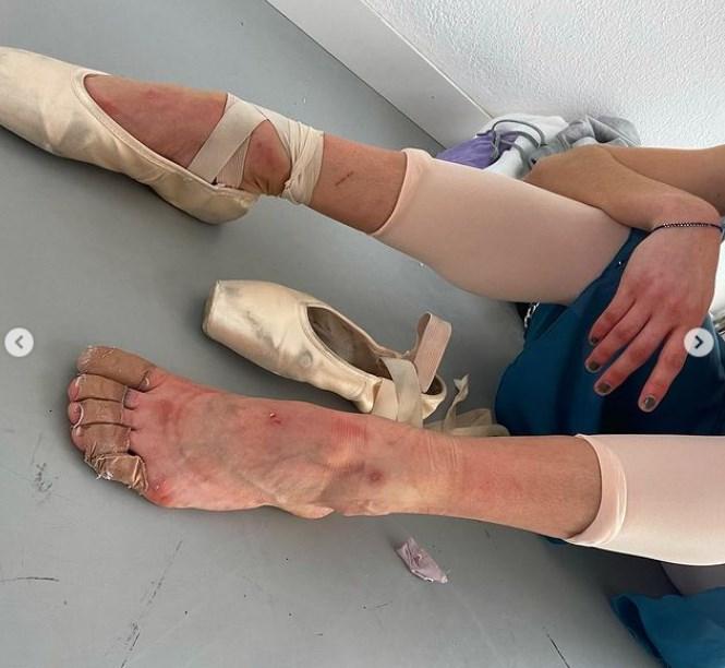 María Pedraza muestra sus pies de bailarina