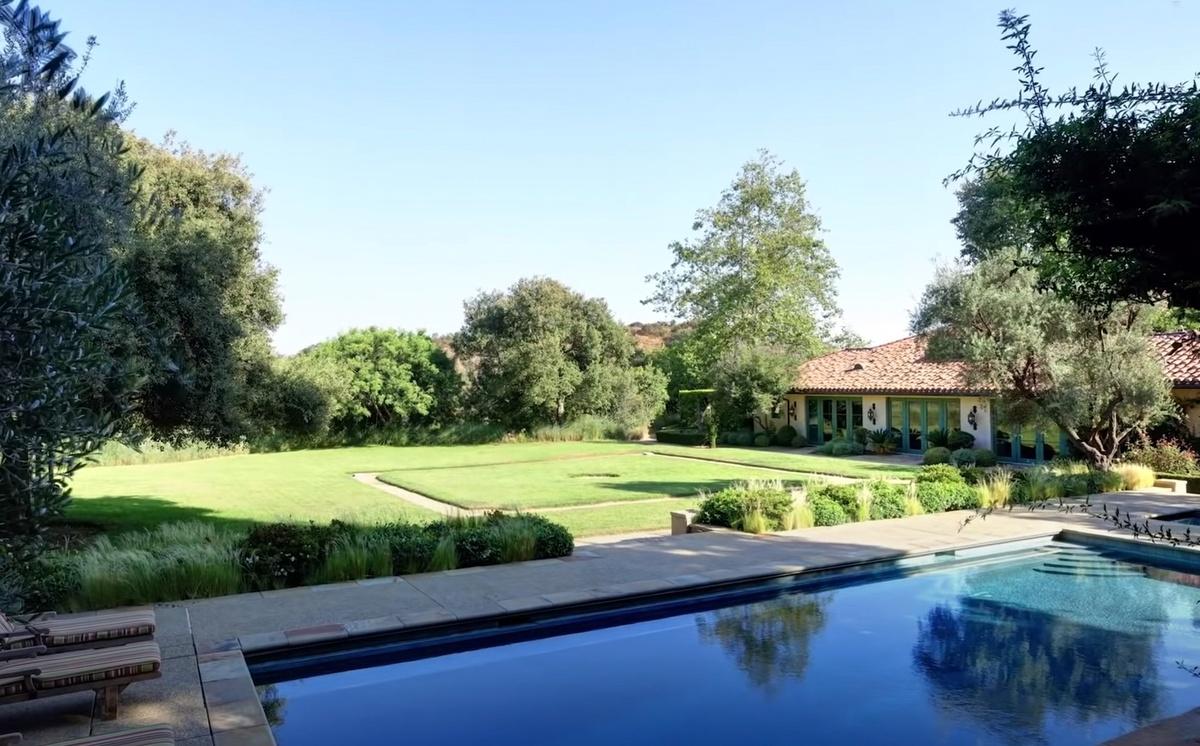 Piscina al aire libre en la mansión que compró The Rock en Beverly Hills