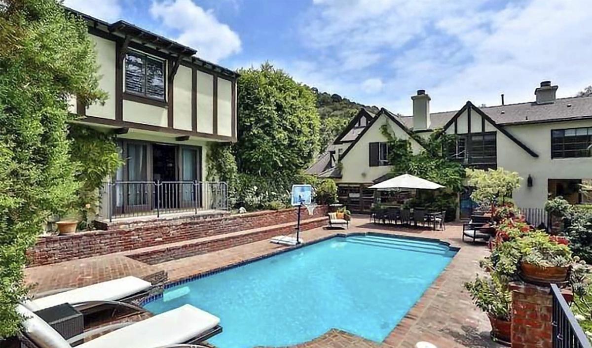 Rihanna compra mansión en Beverly Hills en 10 millones al lado de su última mansión comprada