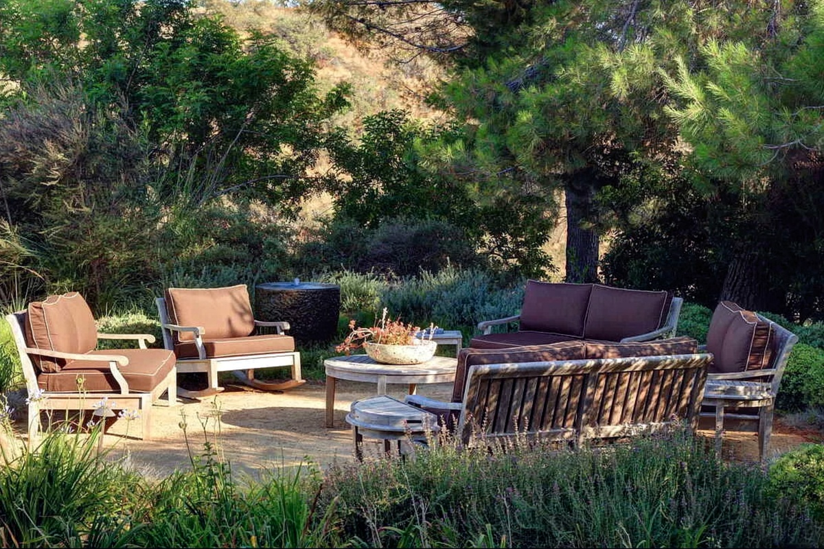 Terraza externa en la mansión de The Rock en Beverly Hills