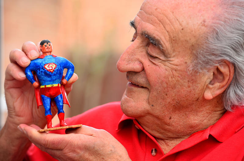 Con un Superman hecho con pelotas de golf