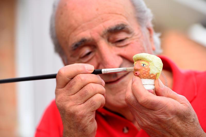 Pintando una de sus obras