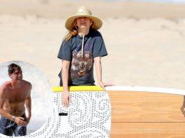 Isla Fisher y Borat en la playa
