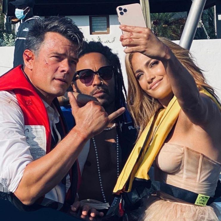 Jennifer Lopez rodeada de guapos