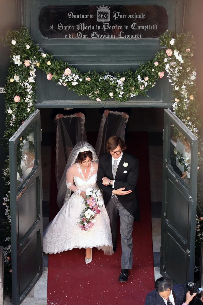Lady Gaga se ha casado en la ficción con Adam Driver, ambos salen de la iglesia en la foto