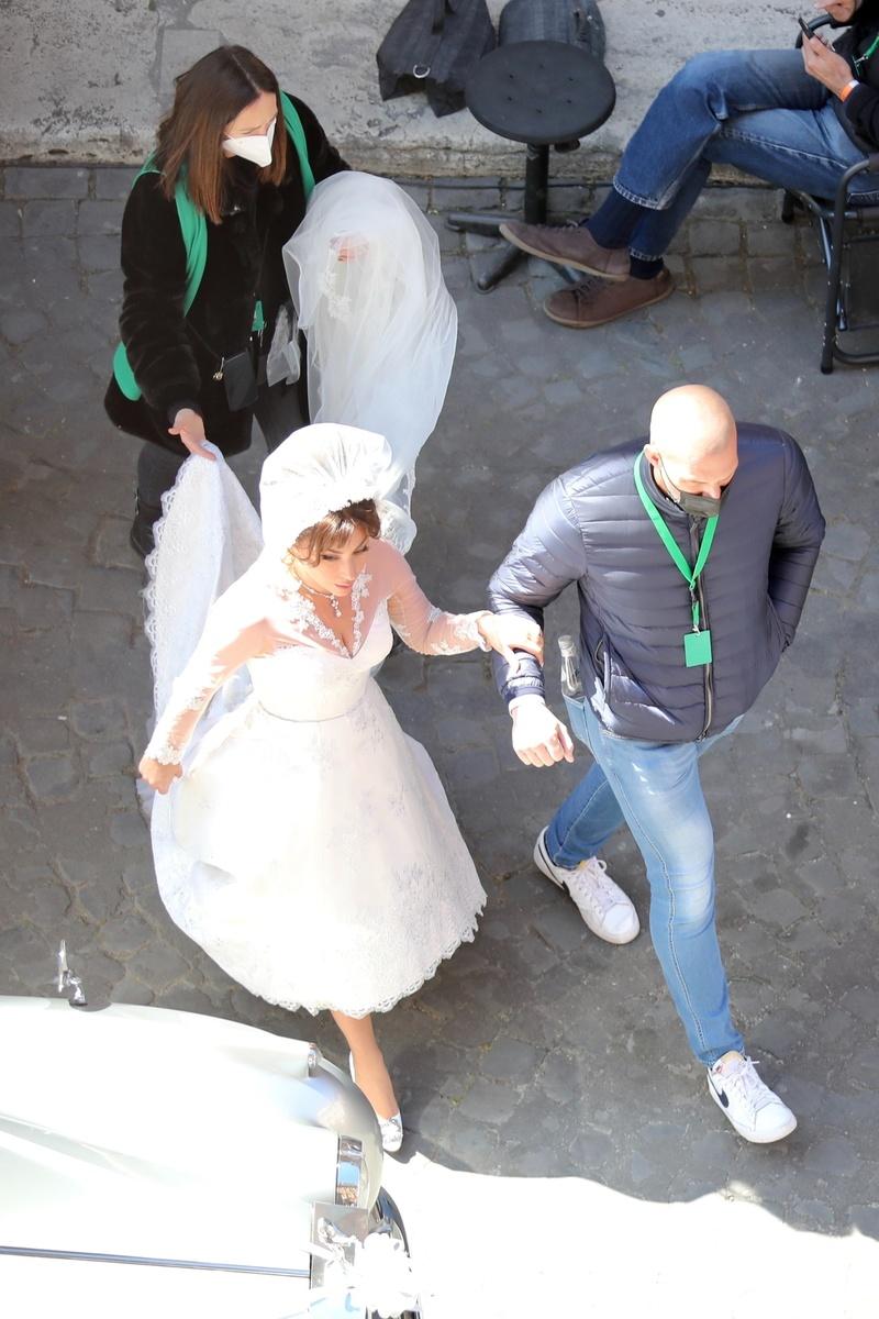 Lady Gaga vestida de novia con el equipo técnico