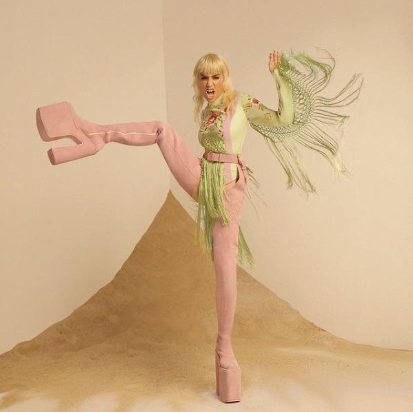 Uno de los mejores looks de Lali Espósito: melena-mullet platino y conjunto en tonos pastel