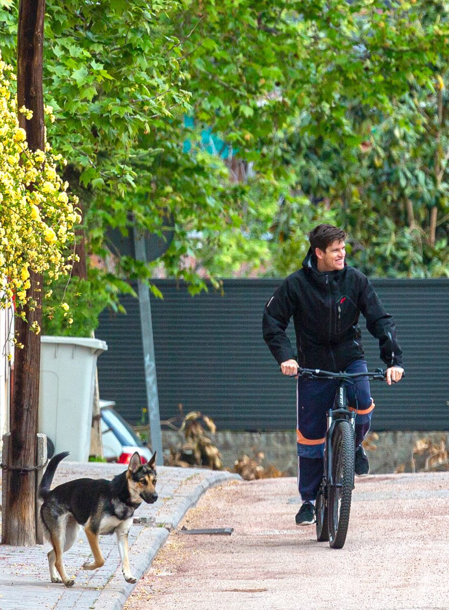 MIguel Bernardeau haciendo deporte en la puerta de su casa, sobre una bici