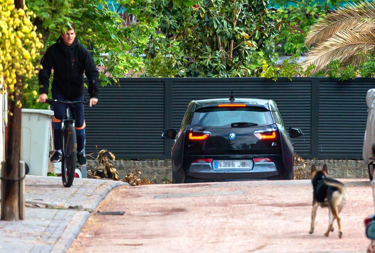 Miguel Bernardeau haciendo deporte en bici en la puerta de su casa