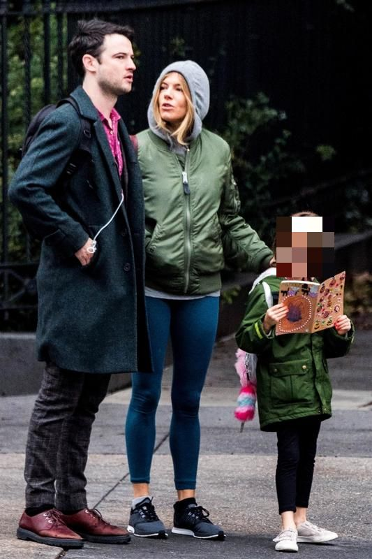 Tom Sturridge con Sienna Miller y Marlowe, la hija de ambos