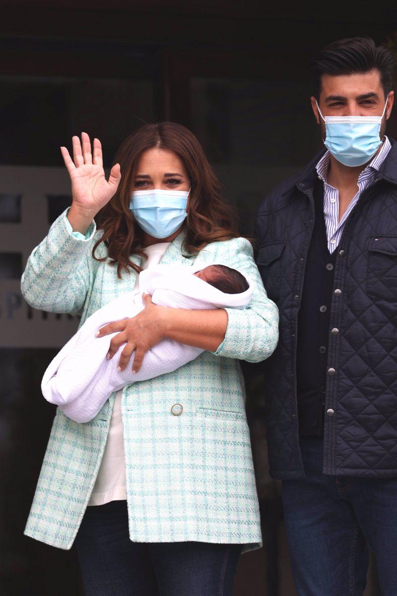 Paula Echevarría en la puerta del hospital con mini Mike en brazos