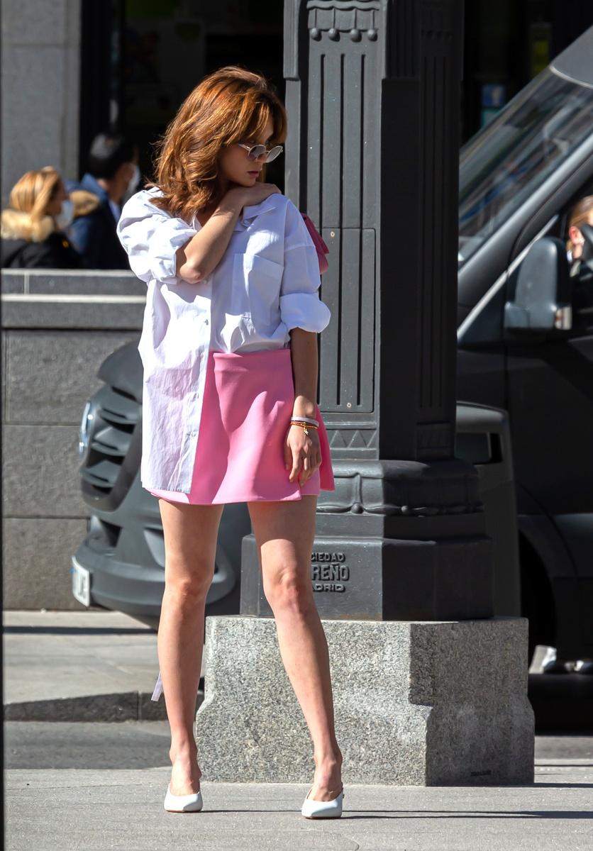 Una de las imágenes de la sesión de fotos de María Pedraza con look rosa y blanco