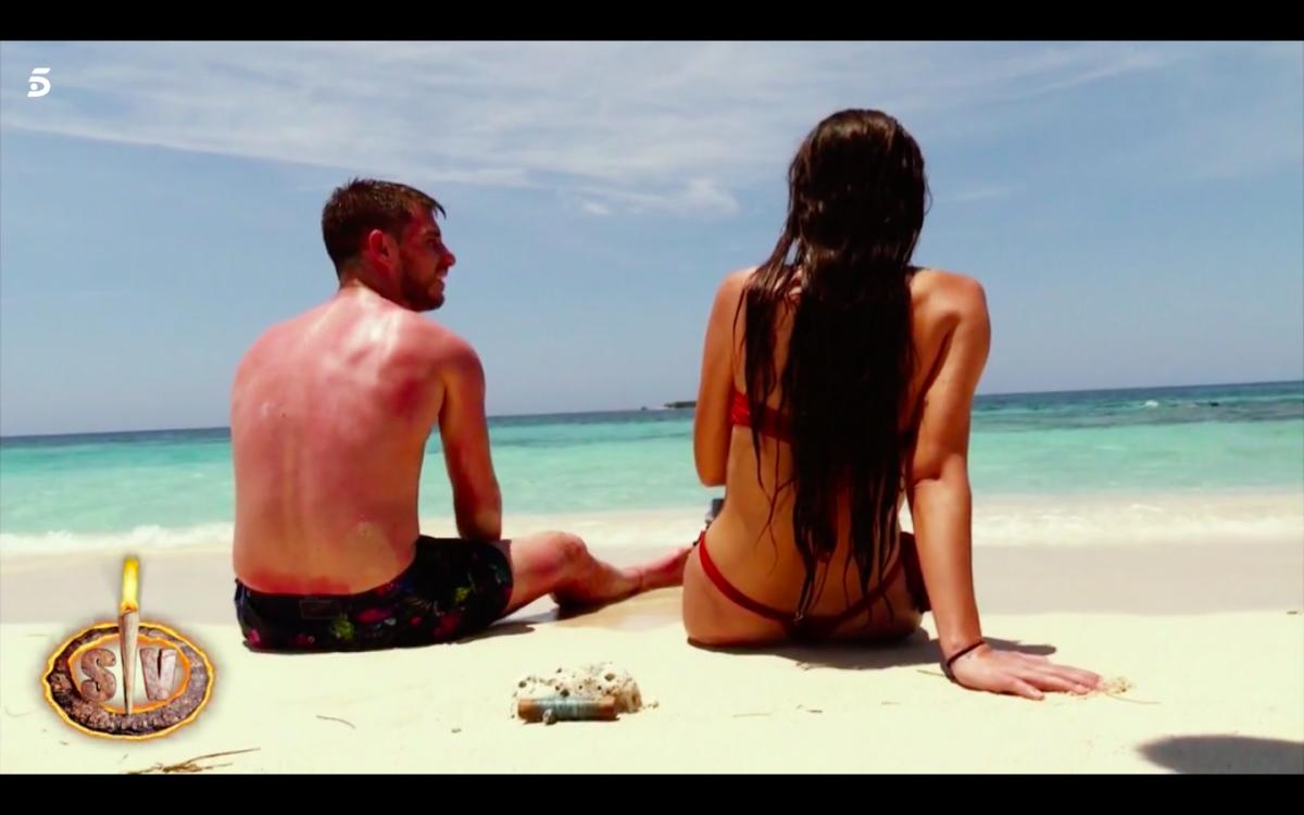 El tonteo de Tom y Melyssa en la playa