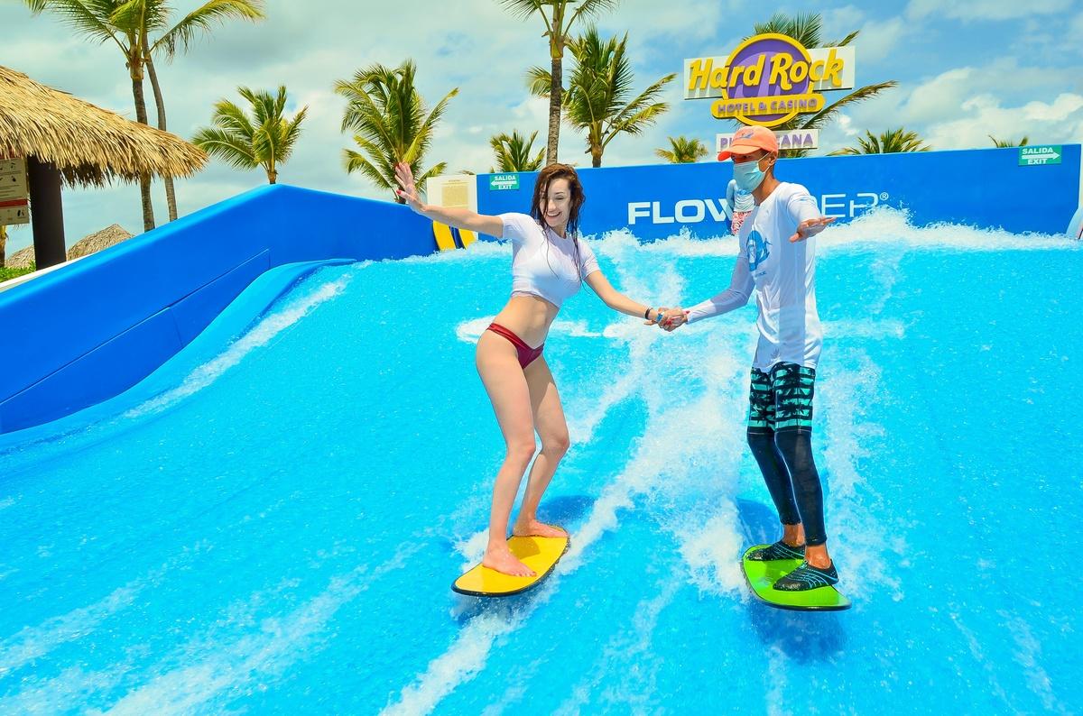 Adara en bikini haciendo surf