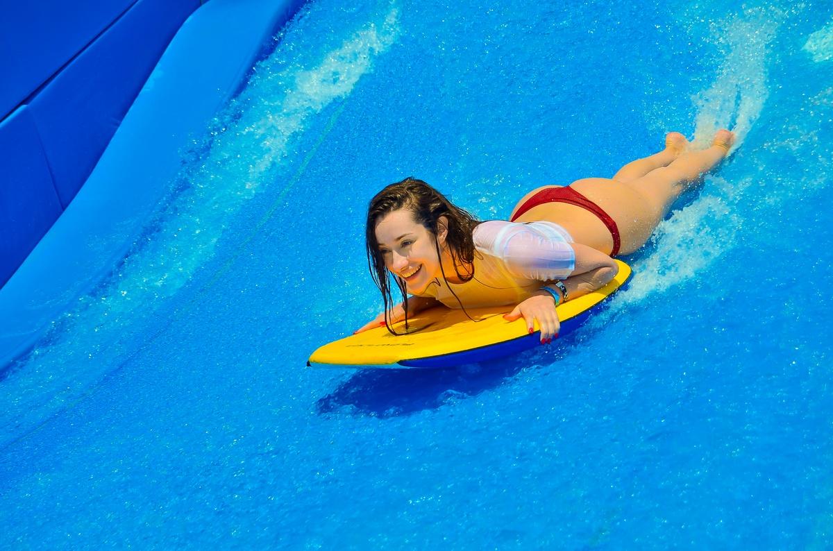 Adara haciendo surf