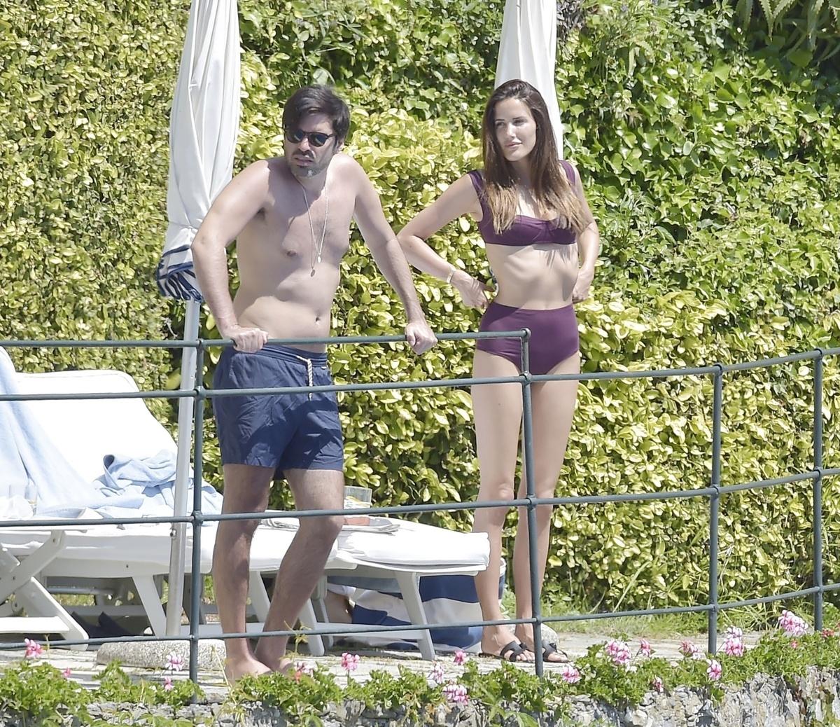 Alex Riviere y su novio, de pie en el recinto de la piscina