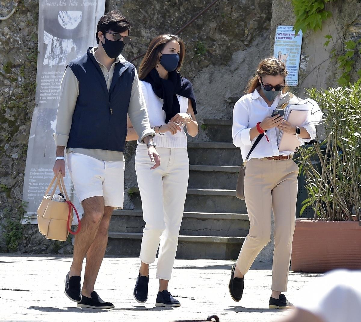 Alex Riviere y su novio por el puerto de Portofino