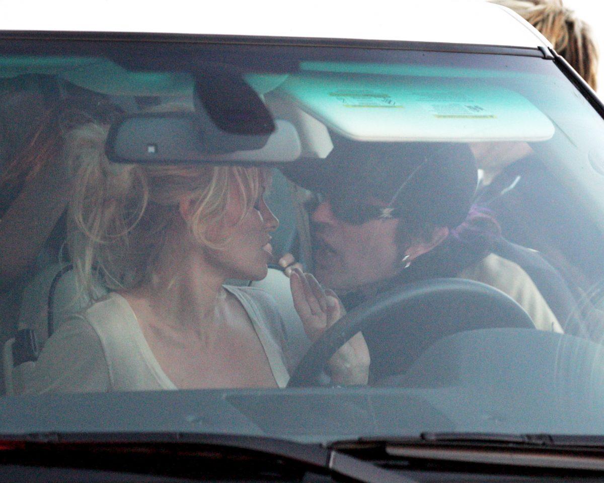 Pamela Anderson y Tommy Lee besándose.