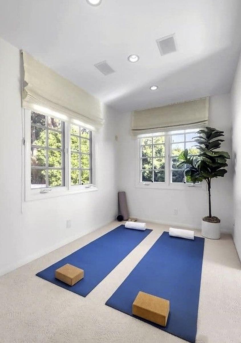 Sala de yoga en la casa vendida por Katy Perry en Beverly Hills