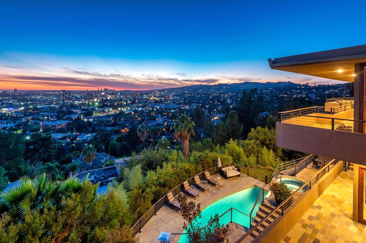 Zac Efron vende mansión de 3 pisos en Los Ángeles con piscina y spa con cascada