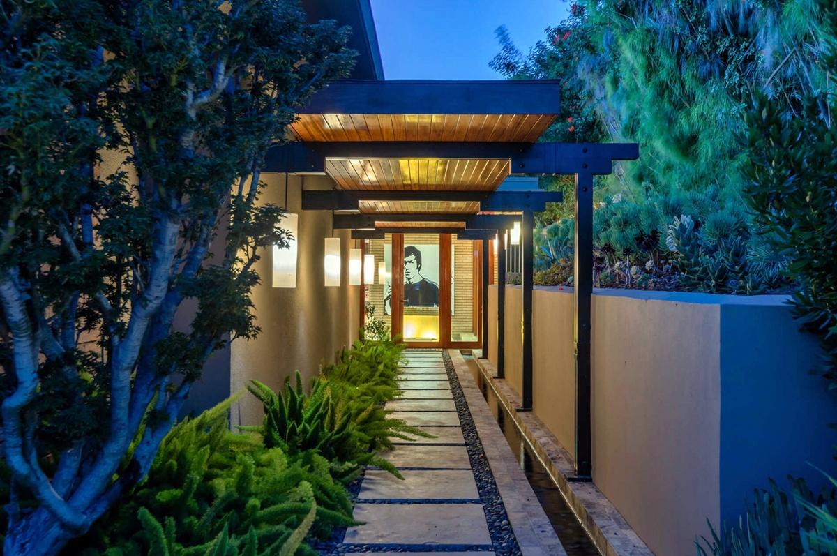 Zac Efron vende mansión de 3 pisos en Los Ángeles por 5,3 millones