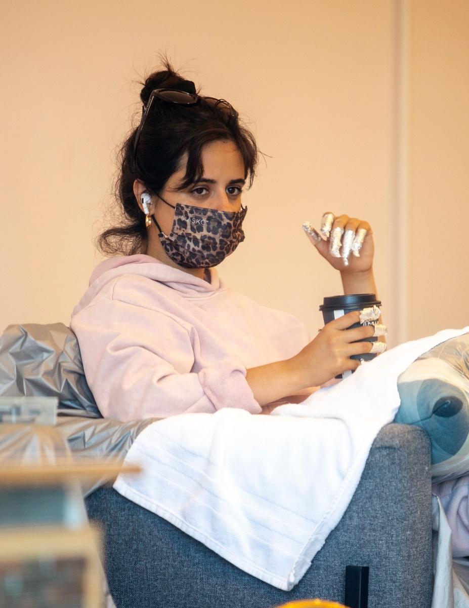 Camila Cabello con un café en el salón de belleza