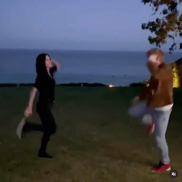 Ed Sheeran es fan de Friends y lo demuestra bailando el numerito con Courteney Cox