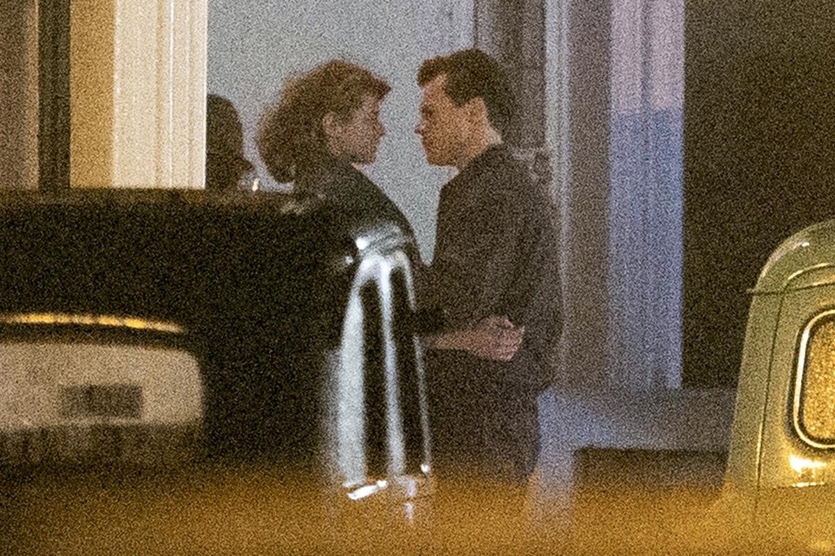 Harry Styles besa a una chica