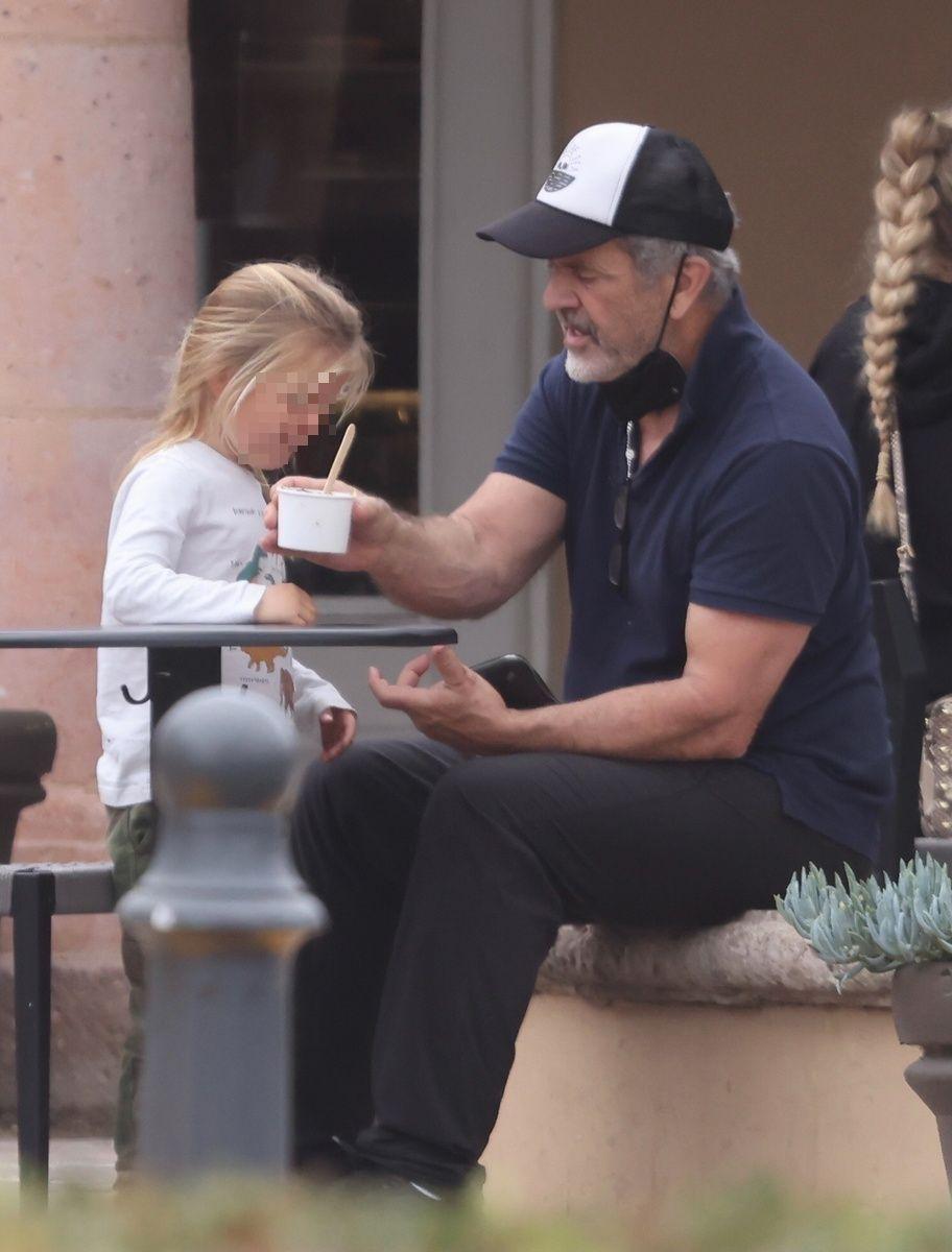El hijo pequeño de Mel Gibson, Lars, con su padre tomando helado