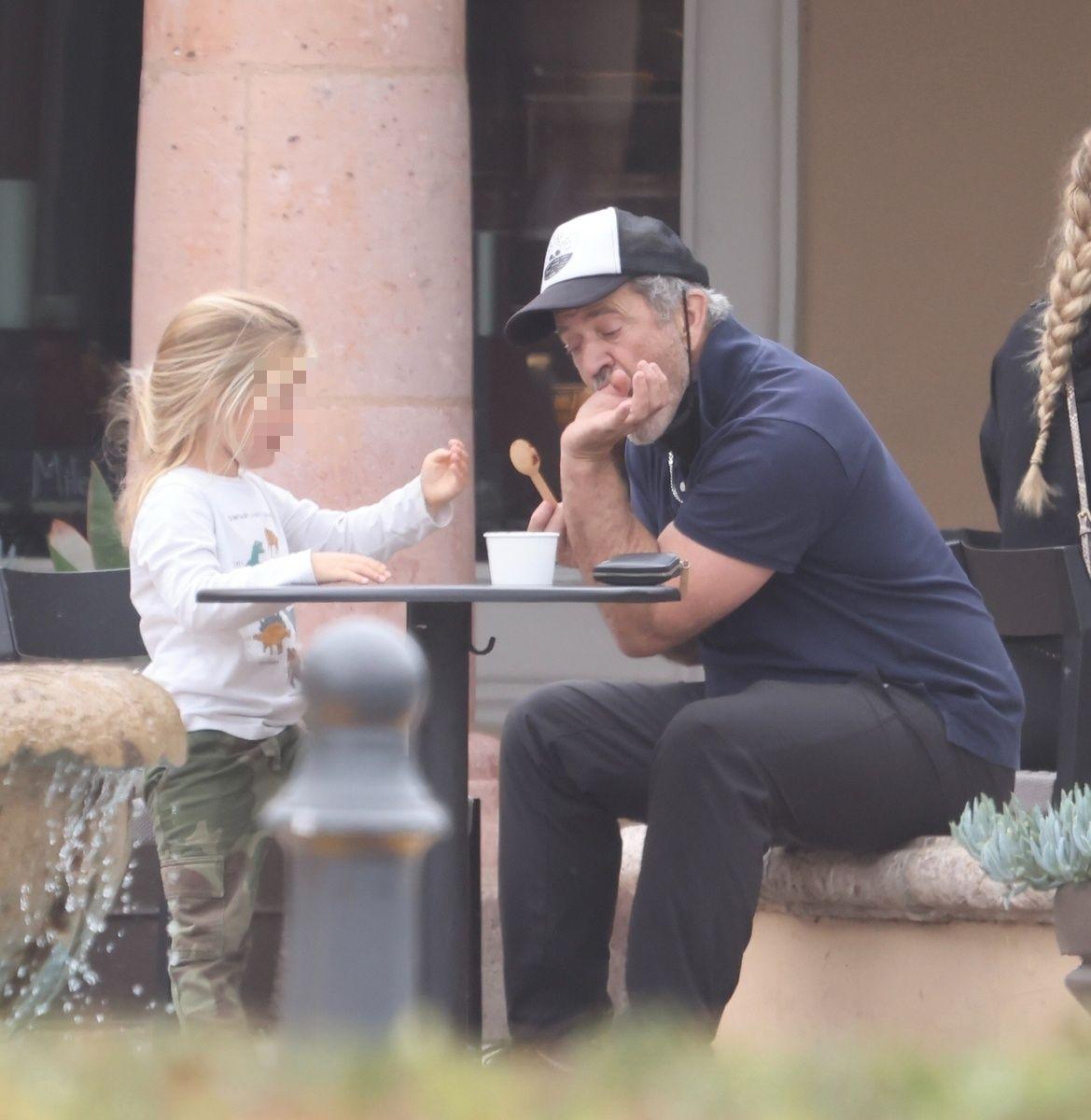 Mel Gibson se chupa la mano con helado de su hijo