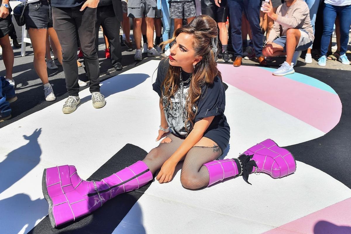Lady Gaga tirada en la calle