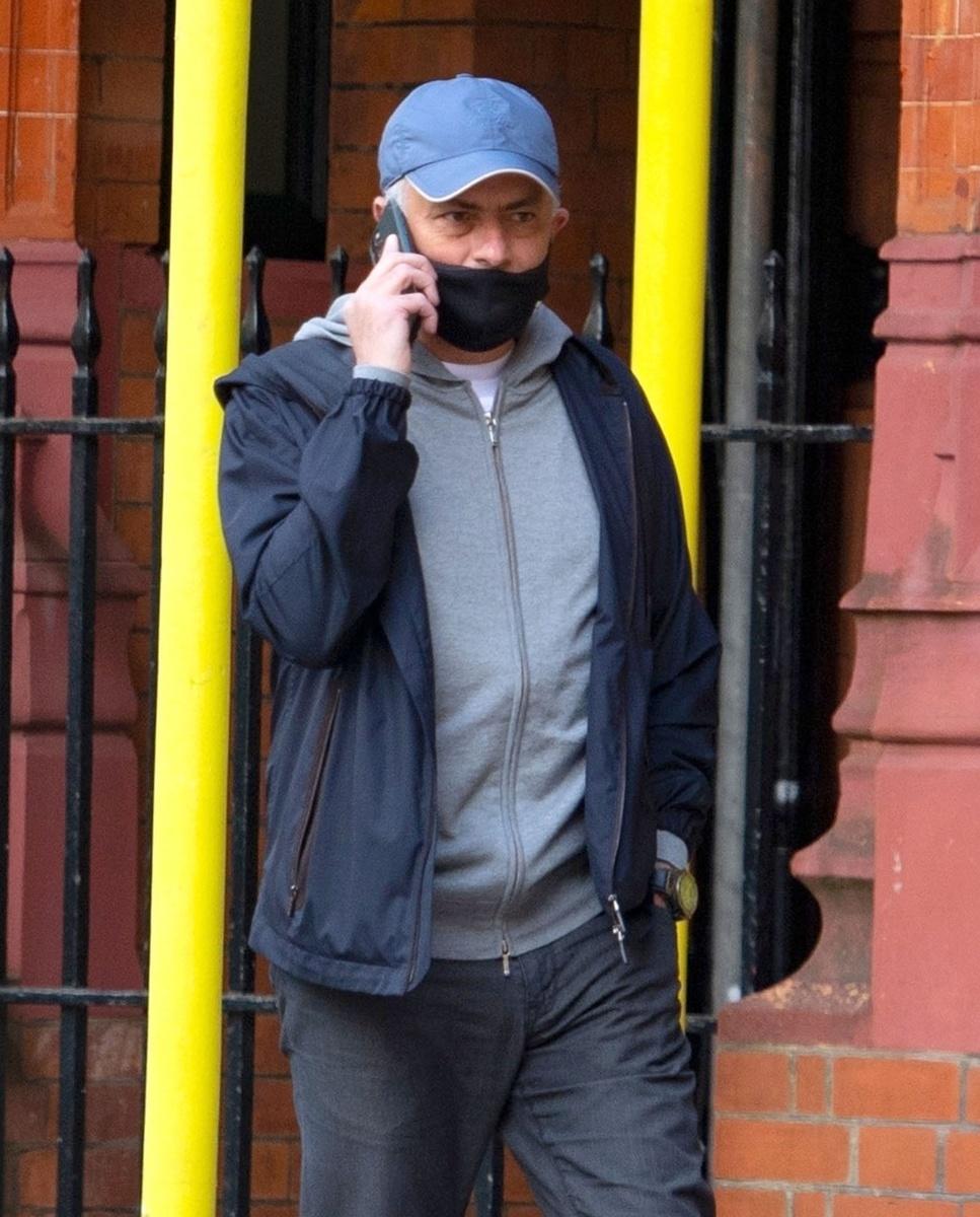 Foto en la que se aprecia que la mascarilla de Mourinho va mal puesta